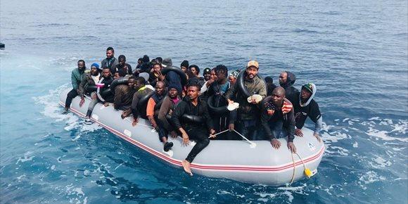 1. Trasladan a Motril (Granada) a las 81 personas rescatadas de dos pateras en el mar de Alborán