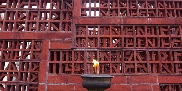 6. El Parlamento Vasco mantiene encendido un pebetero para recordar a las víctimas del Holocausto