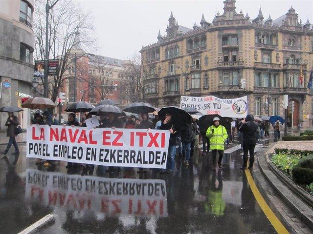 Trabajadores De La Naval En Manifestación.