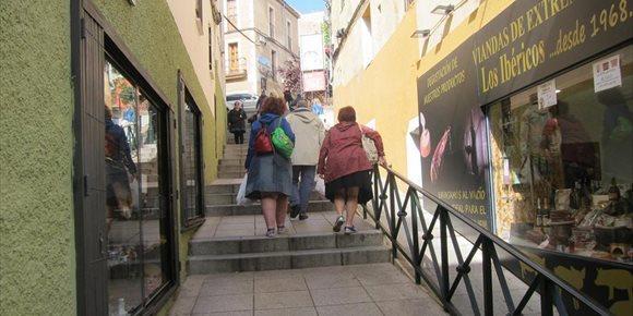 1. La calle Alzapiernas de Cáceres se corta a los peatones este lunes por las obras de las escaleras mecánicas