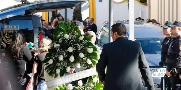 3. Familiares, amigos y vecinos dan el último adiós a Julen, el niño hallado sin vida tras caer en un pozo