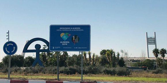 4. Almería se identifica como Capital Española de la Gastronomía 2019 en paneles y luminarias en espacios públicos