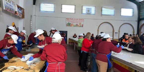 5. Miles de personas degustan gratis 1.600 kilos de migas en Lora del Río (Sevilla)