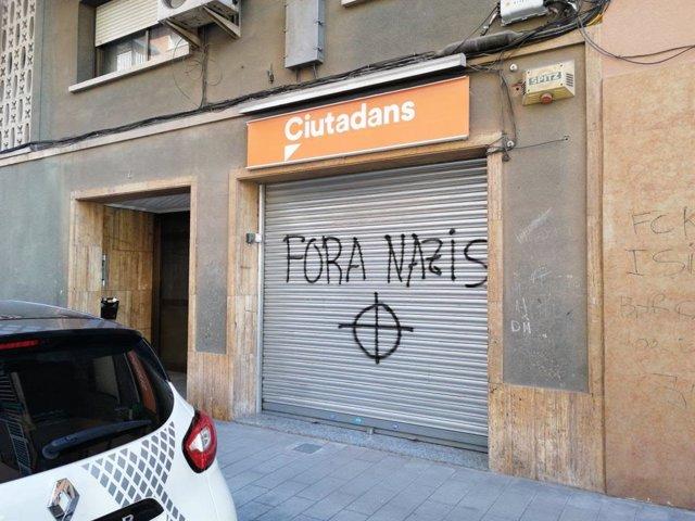 Pintades a la seu de Cs a Montcada i Reixac (Barcelona)