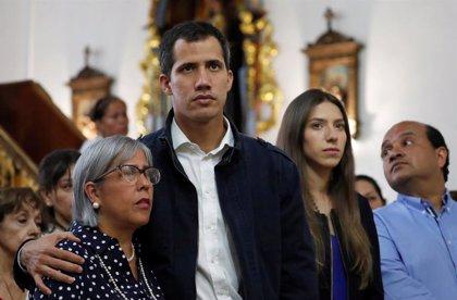 Guaidó acude a una misa en recuerdo a los muertos durante las protestas en Venezuela