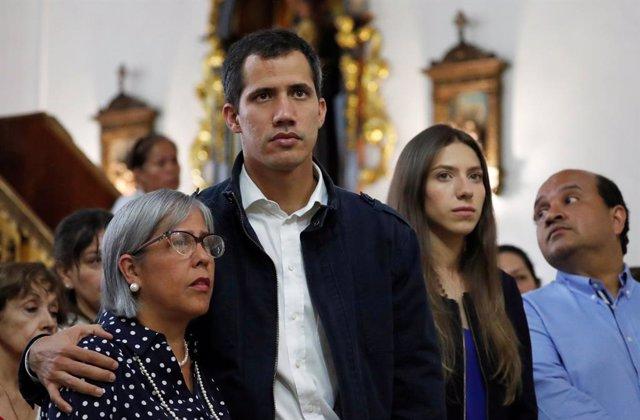 El autoproclamado presidente de Venezuela, Juan Guaidó, en misa