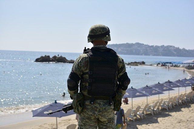Soldado mexicano frente a la playa en el estado de Guerrero