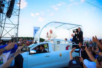 """El papa cierra su visita a Panamá pidiendo una solución """"justa y pacífica"""" a la crisis en Venezuela"""