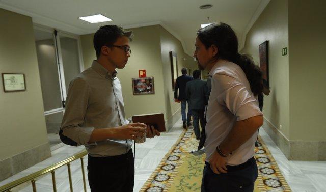 Iñigo Errejón y Pablo Iglesias en los pasillos del Congreso