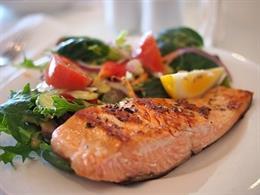 Comida saludable, raciones pequeñas, salmón