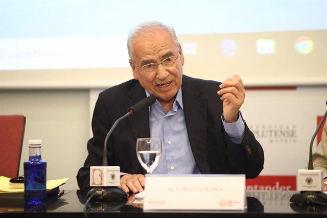 Alfonso Guerra imparte una ponencia en un curso sobre la reforma constitucional