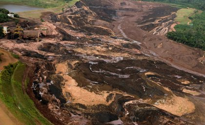 Ascienden a 60 los muertos por el derrumbe de una presa en Brasil
