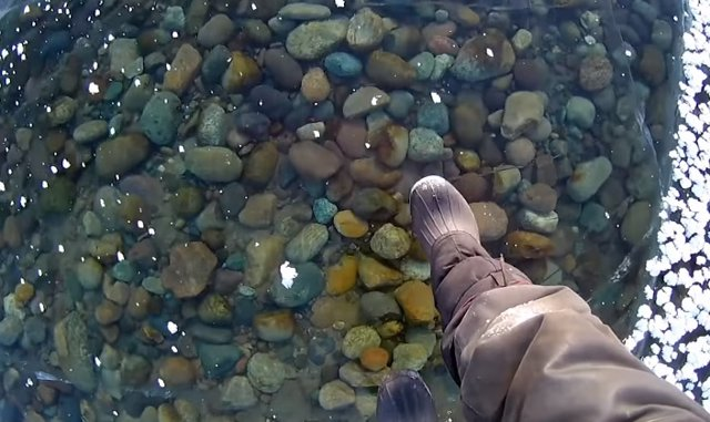 Así de impresionante es caminar por las aguas congeladas del lago más profundo d