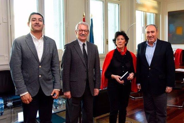 Representantes del sindicato ANPE con la ministra Isabel Celaá