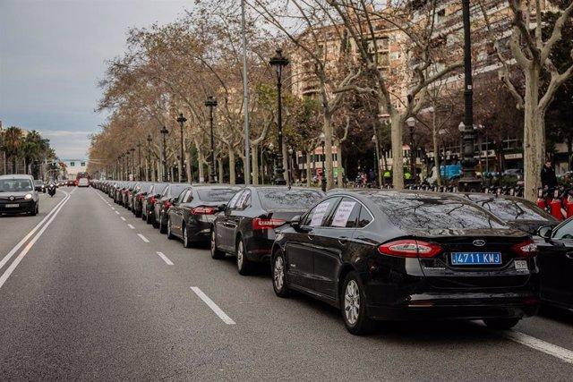 Conductors de VTC concentrats a l'avinguda Diagonal de Barcelona