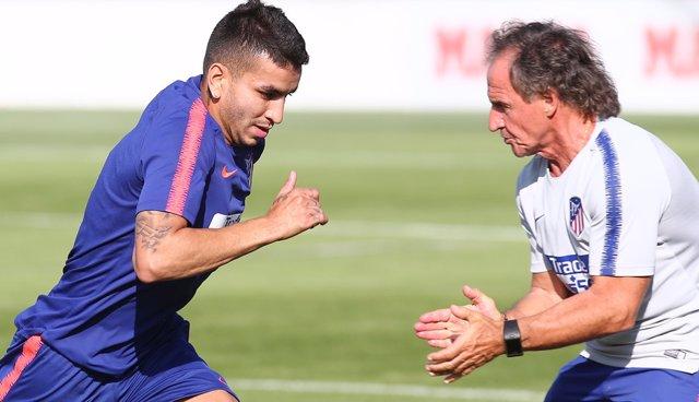 El 'profe' Ortega en un entrenamiento del Atlético junto a Ángel Correa