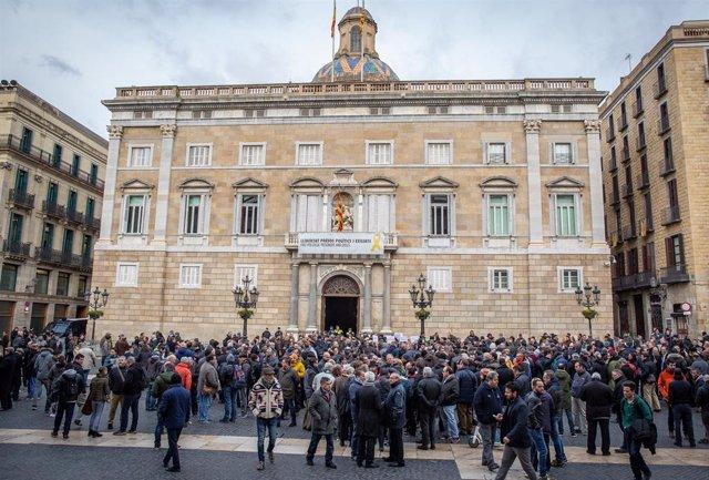 Conductors de VTC es concentren a la plaça Sant Jaume
