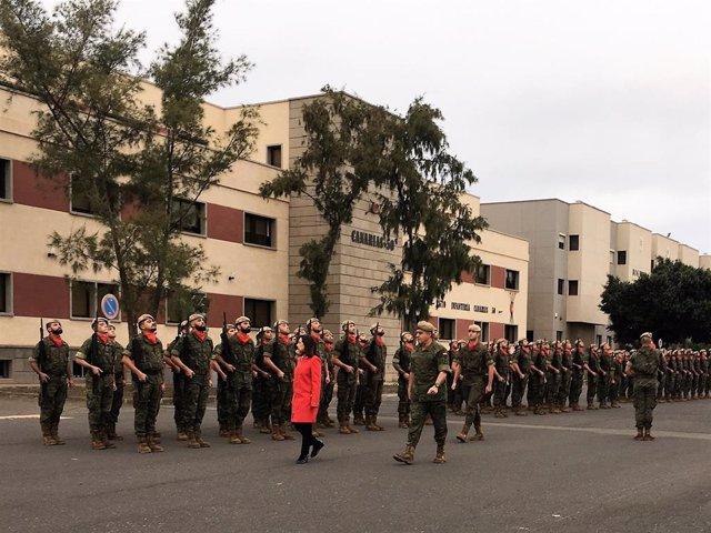 La ministra de Defensa Margarita Robles pasando revista a las tropas en Gran Can