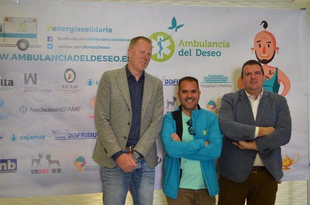 Kees Veldboer junto a  Manuel Pardo, miembro de 'Ambulancia del Deseo' y Enrique