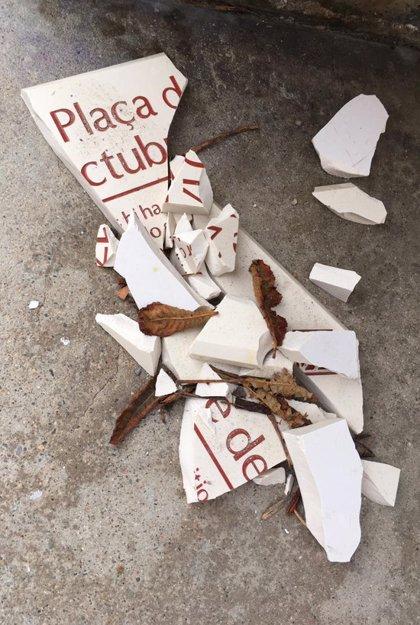 Trenquen les plaques de la plaça U d'Octubre de Girona