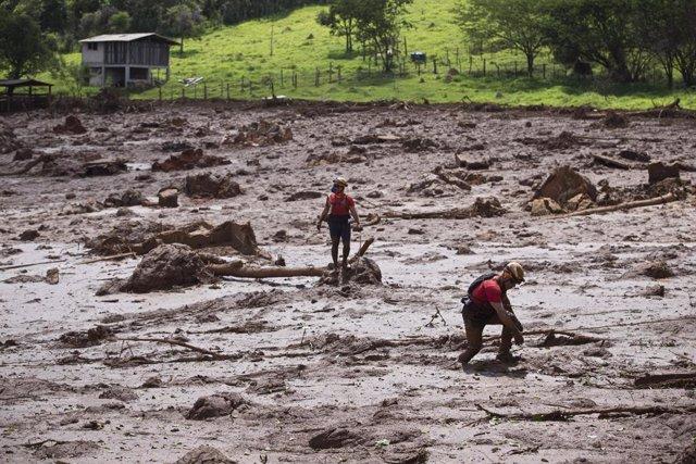 Daños causados por el colapso de una presa en Brasil