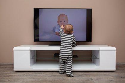 ¿Pasar mucho tiempo delante de una pantalla conlleva un desarrollo más lento en niños?