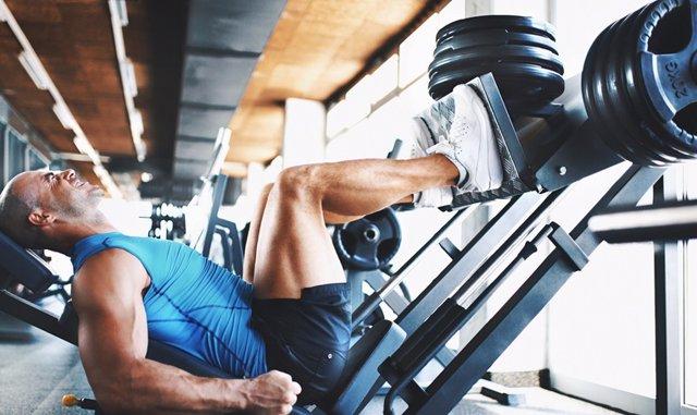 Hombre entrenado en gimnasio