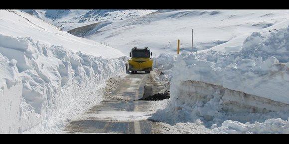 8. Las nieve obliga a cortar cuatro tramos de carreteras en la provincia de Huesca y se precisa el uso de cadenas en diez