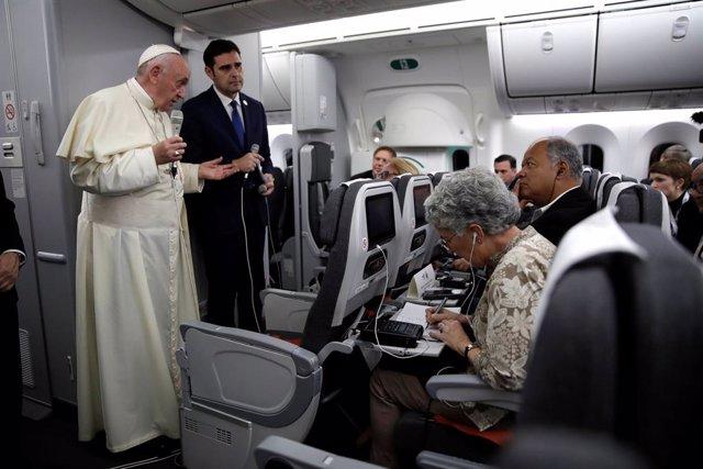 El Papa Francisco en el avión papal en su viaje de Panamá a Roma