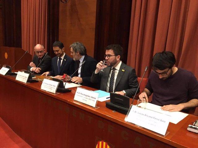 Els consellers Calvet i Aragons abans de comparixer al Parlament per ATLL