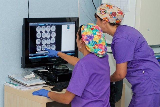 Embriólogas trabajan en un hospital de Quirónsalud