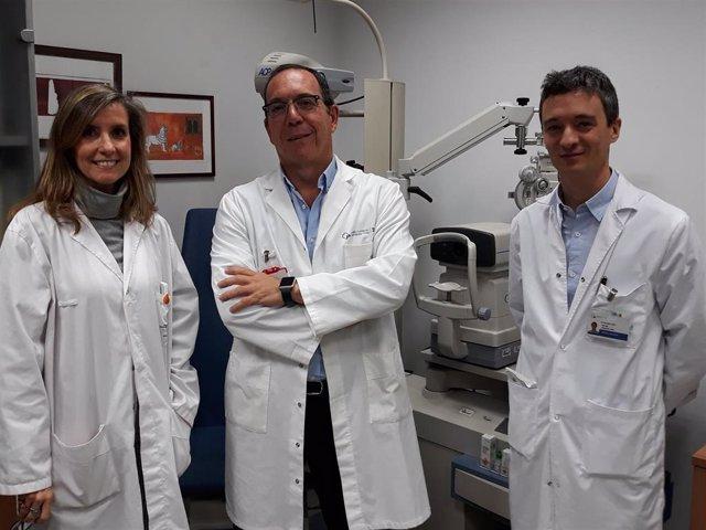El Dr. Ignacio Jiménez-Alfaro. Junto a él, la Dra. Blanca García Sandoval y el D