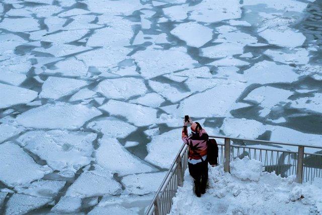 Río Chicago congelado por la ola de frío