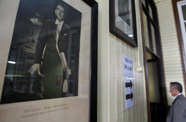 Un cuadro con la fotografía del expresidente de Chile Eduardo Frei Montalva