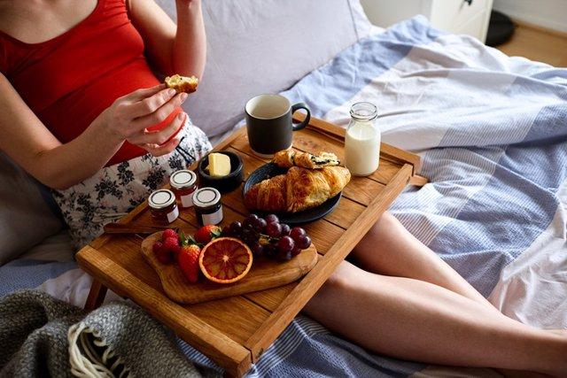 Desayunar en la cama, desayuno