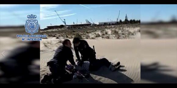 9. Dos policías logran reanimar a una mujer inconsciente tras consumir alcohol y pastillas en la playa