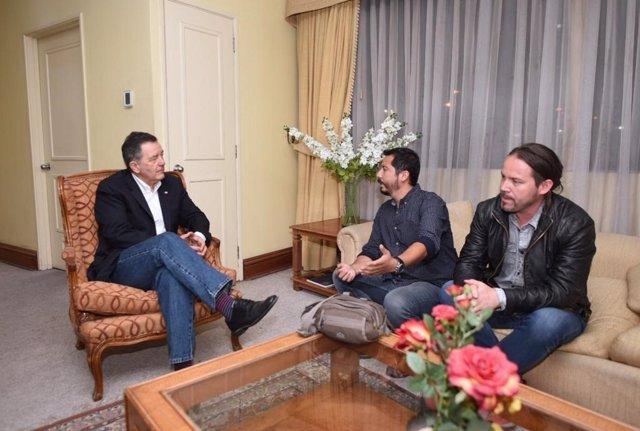 Roberto Ampuero recibe a dos periodistas deportados desde Venezuela