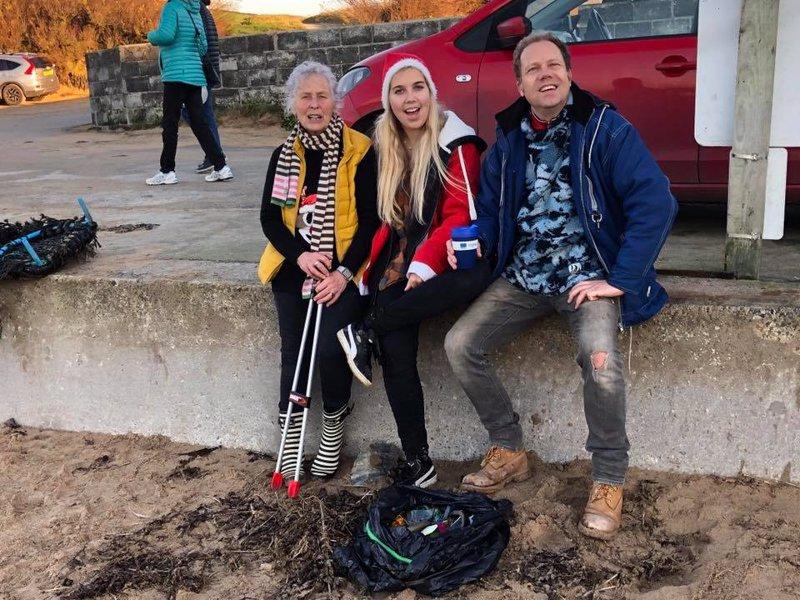 70 tuổi ngày ngày vẫn đi dọn rác ở bãi biển: Không bao giờ là quá muộn để bắt đầu - H2