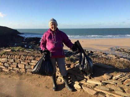 Una mujer de 70 años limpió 52 playas británicas en 2018 porque quiere dejar un mundo mejor a futuras generaciones