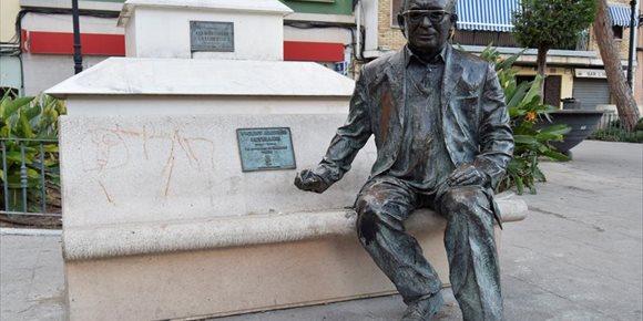 9. Identificats quatre menors per tirar a terra l'estàtua d'Estellés a Burjassot