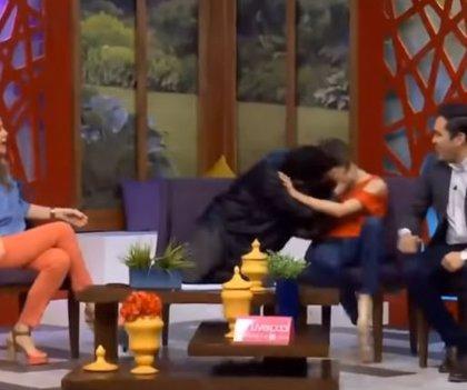 Un funcionario mexicano intenta besar a la fuerza a la presentadora del programa de televisión en el que colabora