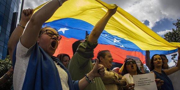 3. Liberados los dos periodistas franceses detenidos en Venezuela