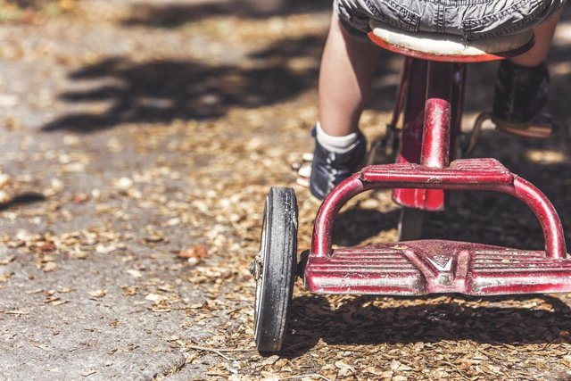 Un niño en un triciclo