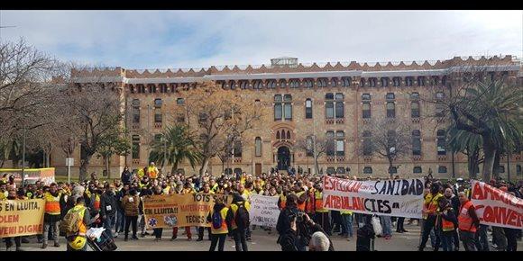 6. 400 técnicos de ambulancias protestan ante Salud por malas condiciones y plantean huelga