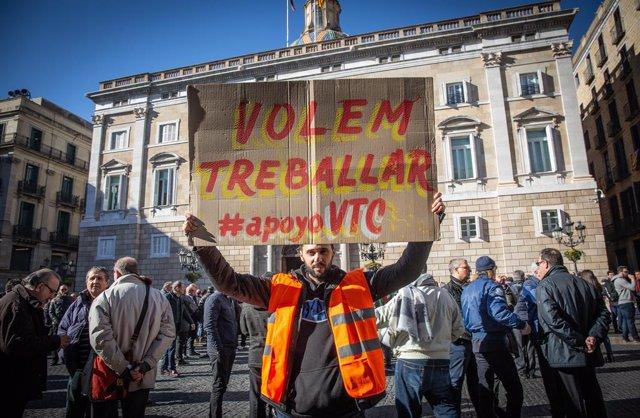 Concentració de VTC davant la Generalitat (Arxiu)