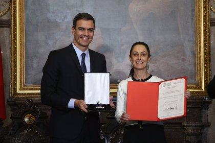 La gobernadora de Ciudad de México entrega a Pedro Sánchez la distinción de 'Huésped Ilustre' y la llave de la ciudad