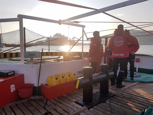 Voluntarios de Open Arms en el barco