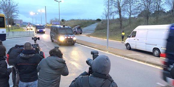 6. Los presos soberanistas llegan a la cárcel de Brians 2, desde donde irán con la Guardia Civil a Madrid