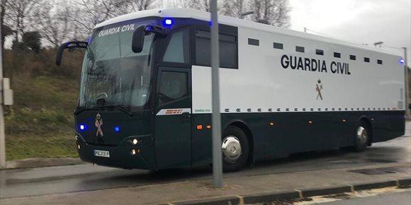 7. La Guardia Civil traslada a los presos soberanistas a Madrid, donde serán juzgados por el 1-O