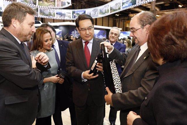 El embajador de China en España, Lyu Fan, en el stand de Aragón en FITUR
